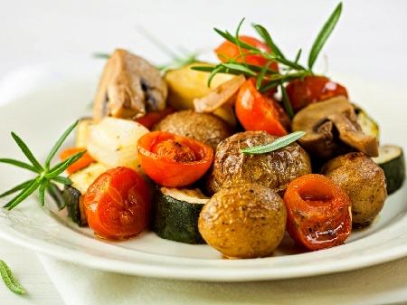 Печени картофи и тиквички соте на фурна с масло, копър и чесън на фурна - снимка на рецептата